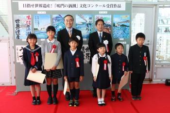 表彰状の授与は飯泉知事と泉市長から。最後に受賞者の皆さんで記念写真を撮影しました。受賞者の皆さん、本当におめでとうございます。